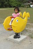Menina desfrutar de playground — Fotografia Stock