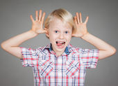 Boy pulling a funny face — Stockfoto