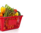 Compras cesta transborde com legumes frescos — Fotografia Stock