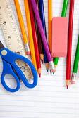 Diverse skolan levererar på ett linjerat — Stockfoto