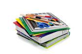 Kroužkových zápisníků s školní potřeby na vrcholu — Stock fotografie