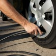 Airing up a car tire — Stockfoto