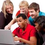 universitarios mirando una pantalla de ordenador — Foto de Stock