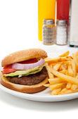 ハンバーガーとフライド ポテトのダイナーのセットアップ — ストック写真