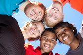 Twarze uśmiechający się wielorasowe studentów — Zdjęcie stockowe