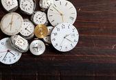 腕時計の品揃えに木製の背景に直面しています。 — ストック写真