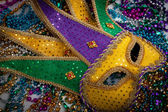 A yellow Mardi Gras mask and beads — Foto de Stock