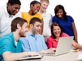 Multiculturele studenten rond een computer — Stockfoto