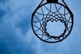 Basketbol çember gökyüzü arka plan — Stok fotoğraf