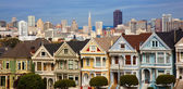 Famous row houses in San Francisco Ca. with skyline behind — 图库照片
