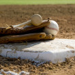 Baseball equipment on base - 图库照片