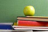 яблоко и школы книги — Стоковое фото