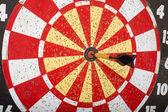Dardo en tiro al blanco en tablero de dardos — Foto de Stock