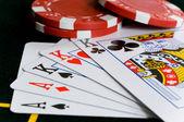 Poker chips en kaarten — Stockfoto