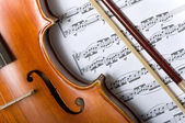 Violin and bow on music — Stockfoto