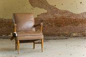 Cadeira abandonada — Fotografia Stock