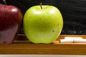 Jablka a challkboard ve škole - detail — Stock fotografie