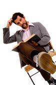 Barbudo a estudiante masculino de lectura - expresando su confusión — Foto de Stock