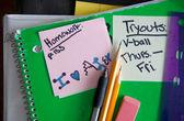 Schulbuch und betriebsstoffe auf schreibtisch — Stockfoto