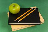 Szkolnych, książek z zielonym jabłkiem — Zdjęcie stockowe