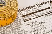 Måttband bredvid fakta näring — Stockfoto