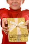 Mladá dívka v červené barvě se zlatým vánoční dárek — Stock fotografie
