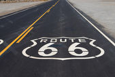 Route 66 highway shield painted on road in California — Foto Stock