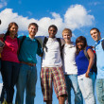 Grupo de diversos estudiantes o amigos fuera — Foto de Stock