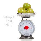 Beyaz bir arka plan ile bir ölçekte meyve — Stok fotoğraf