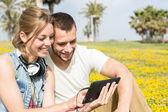 Couple listening to music — Stock Photo