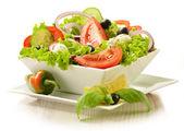 Tazón de fuente de ensalada de vegetales aislado en blanco — Foto de Stock