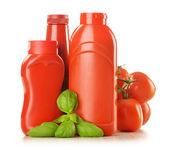 композиция с кетчупом и свежие помидоры, изолированные на белом фоне — Стоковое фото