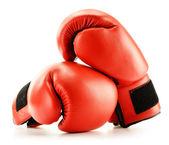 Par de guantes de boxeo de cuero rojo aislados en blanco — Foto de Stock