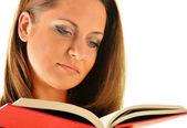 молодая женщина, читая книгу. студентка обучения — Стоковое фото