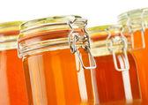 Komposition mit glas honig isoliert auf weiss — Stockfoto
