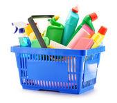 Varukorg med rengöringsmedel flaskor isolerad på vit — Stockfoto