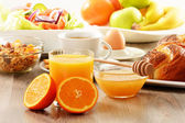 Frühstück mit kaffee, brot, honig, orangensaft, müsli ein — Stockfoto