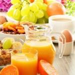 snídaně včetně káva, chléb, med, pomerančový džus, müsli — Stock fotografie