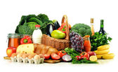 Prodotti alimentari tra cui verdure, frutta, latticini e bevande — Foto Stock