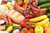 Produtos de mercearia sortidas incluindo legumes frutas vinho pão — Fotografia Stock