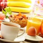 Breakfast with coffee, orange juice, croissant, egg, vegetables — Stock Photo