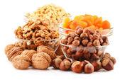 Samenstelling met noten geïsoleerd op wit — Stockfoto