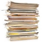 zásobník starých časopisů izolovaných na bílém. recyklace papíru — Stock fotografie