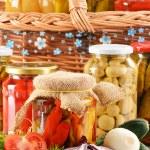 Композиция с банки маринованные овощи. Маринованные продукты питания — Стоковое фото