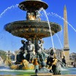 Fountain on Place de la Concorde in Paris with visible obelisk — Stock Photo