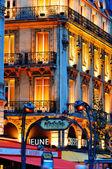Paris nattliv på boulevard saint-michel nära quartier — Stockfoto