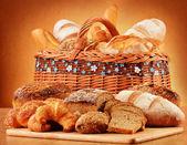 Rieten mand met verscheidenheid van bakken producten — Stockfoto