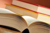 Masanın üzerine kitaplar ile kompozisyon — Stok fotoğraf