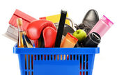 Řadu zákaznických produktů v plastu, nákupní košík, samostatný — Stock fotografie