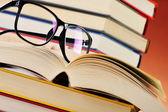 メガネやテーブルの上の本の構成 — ストック写真